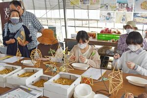 ヒンメリ作りを体験する参加者=佐賀市川副町の麦畑