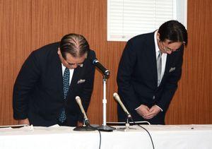 職員による不祥事を謝罪するJAさがの大島信之組合長(左)と楠泰誠常務=佐賀市の佐賀県JA会館
