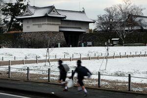佐賀市の平野部でも積雪を観測。奥は雪化粧した佐賀城鯱の門=18日午前7時半、佐賀市城内