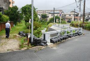 秋光川と実松川の合流点近く。大雨に備えて土のうが積まれている=基山町小倉