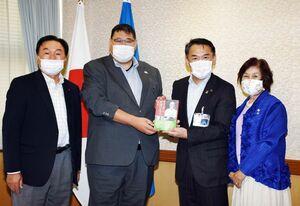 市内の中学校などに本を贈った唐津西ロータリークラブの熊川嘉秀会長(左から2人目)ら。右から2人目は峰達郎市長=唐津市役所
