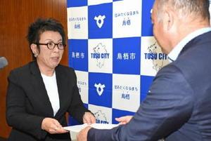 橋本市長(右)から認定書を受ける大石代表=鳥栖市役所