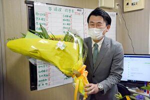 当選が確実になり、笑顔で花束を受け取った井上裕文さん=1月31日午後11時15分ごろ、唐津市石志の事務所