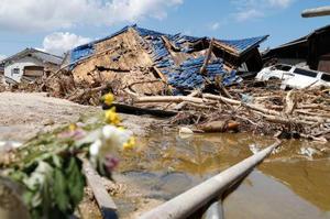 豪雨による土砂で倒壊した住宅=21日、広島県坂町