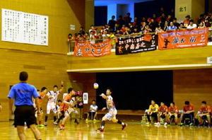 日本ハンドボールリーグのホーム初戦に臨んだトヨタ紡織九州レッドトルネード。スタンドのファンからは大きな声援が送られた=神埼市の神埼中央公園体育館