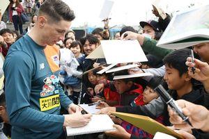 1月のキャンプで大勢のファンに囲まれ、サインに応じるトーレス=沖縄県