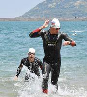 佐賀県トライアスロン協会の練習会に交じって泳ぐロシア代表の選手たち=唐津市の西の浜