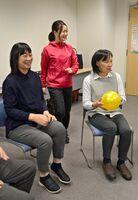 コグニサイズを体験する参加者ら。中央は川田夏季さん=佐賀市白山の県聴覚障害者サポートセンター
