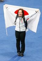 カーリング女子で銅メダルを獲得し、日の丸を掲げ笑顔の藤沢=江陵(共同)
