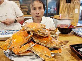てんこ盛りの竹崎カニに目を丸くする=2020年11月、藤津郡太良町の「漁師の館」