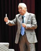町工場が挑戦した人工衛星プロジェクトについて話したアオキの青木豊彦取締役会長=佐賀市の佐賀工業高校