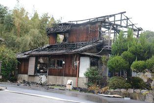 吉野ヶ里で民家全焼、焼け跡から1…