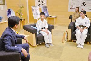 山口祥義知事に空手大会での優勝、入賞を報告した川南隆章君(中央)と森永楽さん(右)=県庁