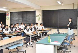 生徒たちの前で講義する竹下真由さん(右)=小城市の小城高