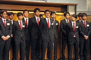 目標のプレーオフ進出に向けて全力プレーを誓うトヨタ紡織九州レッドトルネードの選手たち=佐賀市のホテルニューオータニ佐賀
