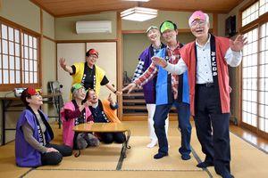 練習でにわか劇を演じるメンバー=鳥栖市元町の市同和教育集会所