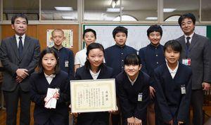 表彰を受けた脊振小の児童たち=神埼市の同校