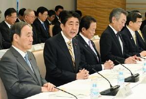 中央防災会議であいさつする安倍首相(左から2人目)=11日午前、首相官邸