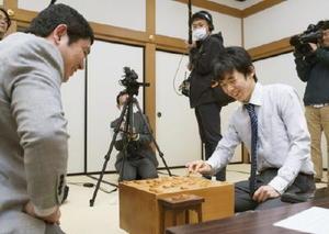 将棋の王将戦1次予選で小林裕士七段(左)を破り、デビューから11連勝を達成した藤井聡太四段=4日午後、大阪市の関西将棋会館