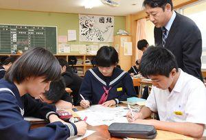 唐津炭田について学び、炭鉱施設を生かした地域活性化を考えた生徒たち=唐津市の第一中