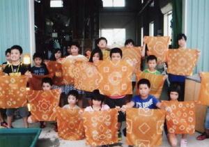 茶染めを体験した子どもたち=嬉野市の茶業研修施設「嬉茶楽館」