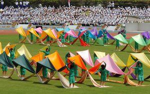 総合開会式で公開演技「七色の風に乗って」を披露する高校生たち=平成19年7月28日、県総合運動場陸上競技場
