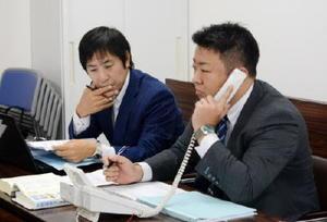 残業代未払いなどの相談を受ける県青年司法書士協議会の担当者=佐賀市の県司法書士会館