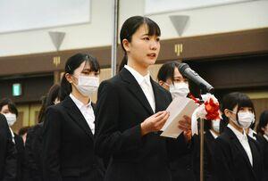 誓いの言葉を述べる九州国際情報ビジネス専門学校公務員科1年の岡村綾さん(中央)=佐賀市のグランデはがくれ