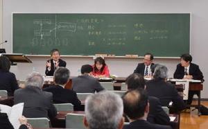 政治的中立性や他教科との連携について論議したシンポジウム=佐賀市の佐賀北高校