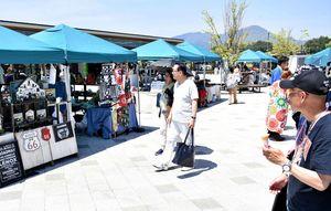 アクセサリーや布製品、インテリア雑貨などが並んだ「吉野ヶ里マルシェ」=吉野ケ里歴史公園北口エリア