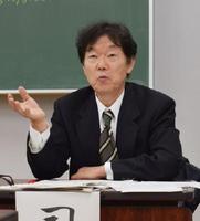 司会を務めた佐賀新聞社の富吉健太郎専務取締役・編集主幹=佐賀市の佐賀北高校