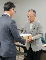 オスプレイの佐賀空港配備計画に反対する署名を手渡す「住民の会」の古賀初次会長(右)=佐賀県庁