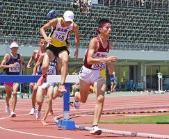 陸女運男子3000メートル障害予選 4組2位となり、決勝進出を決めた鳥栖工の西坂侑(右)=福井市の9.98スタジアム