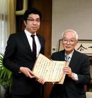 「川古庄屋日記」を寄贈した満武さん(右)と小松市長=武雄市役所