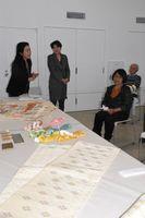 人間国宝故古賀フミさんの仕事について語るめいの今泉さん(左)=佐賀市の佐賀大美術館