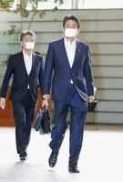 九州南部の大雨に関する閣僚会議のため首相官邸に入る安倍首相=4日午前