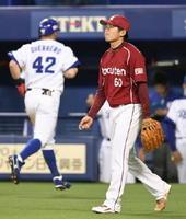 5回、中日・平田に先制二塁打を許した楽天・古川。左奥は生還したゲレーロ=ナゴヤドーム