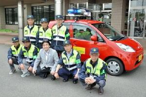 松田一也基山町長(前列中央)から青パトを用いた防犯パトロールを委嘱された「基山町男性ボランティアの会」のメンバーたち=基山町役場