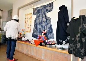 会場には刺し子や古布をリメークした創作服などが並ぶ=みやき町簑原のギャラリー風の館
