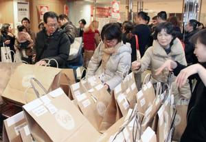 阪急百貨店梅田本店の初売りで福袋を買い求める客=2日、大阪市