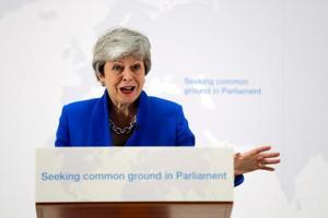 21日、記者会見するメイ英首相=ロンドン(AP=共同)