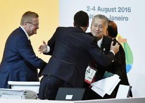 リオデジャネイロで開かれたIOC総会で、東京五輪の5競技18種目の追加が決定し、抱き合って喜ぶ大会組織委の森喜朗会長(右)ら=3日(共同)