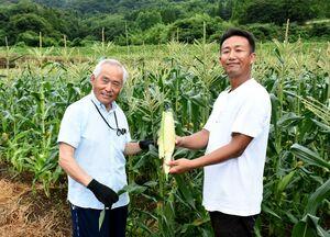 実り真近な農園で、収穫祭への来園を呼び掛ける唐島晶悟さん(右)と木下立郎さん=江北町の花祭いちごの谷
