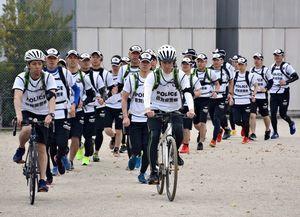 さが桜マラソンに向けて走り込む隊員たち。前方はことし初めて導入するサイクルポリス=佐賀市の県警察学校