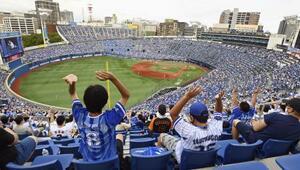 プロ野球のDeNA―巨人を観戦するファン。政府のイベント入場制限緩和で1万3千人以上の観客が集まった=19日午後、横浜スタジアム