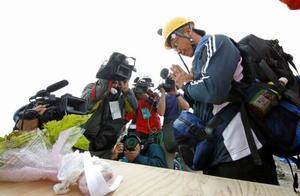 登山道の規制が解除され、御嶽山頂付近に設置された献花台で手を合わせる遺族の男性=26日午前