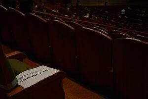 偶数列を空席にして、来場客同士の間隔を空けた客席=佐賀市文化会館