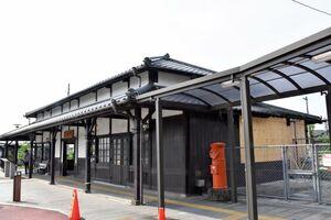修復工事が行われる見通しになったJR小城駅。焼けた部分(右奥)は応急処置が施されている=小城市三日月町久米