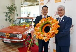 花冠のバトンを受け取ったトヨタカローラ佐賀の前田博憲社長(右)とカローラ福岡の金子護社長