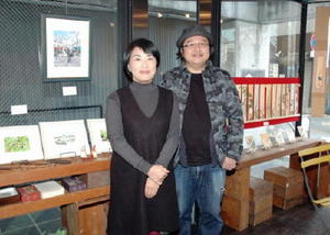 初めて2人展を開いた洋画家濱智子さん(左)と日本画家大串亮平さん=佐賀市白山のギャラリー遊